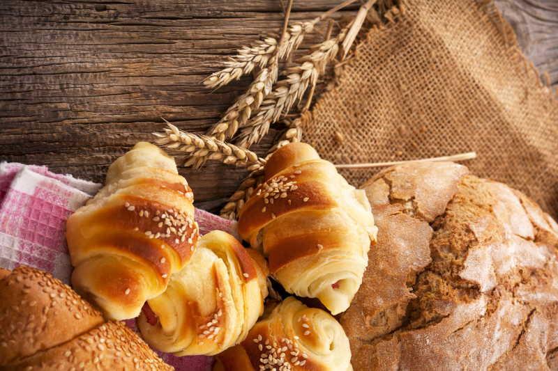 新鲜的面包和麦穗