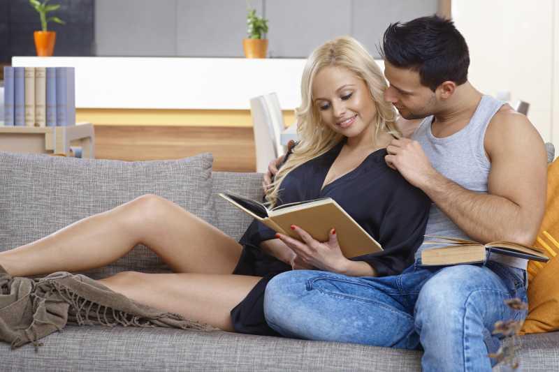 坐在沙发上的年轻恩爱夫妻
