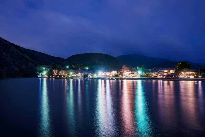 京都岚山河边村庄的夜景