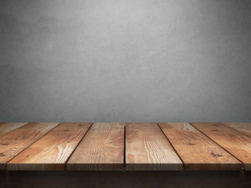 灰色背景下的木桌