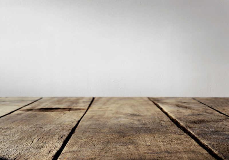 室内放置的复古的木桌子