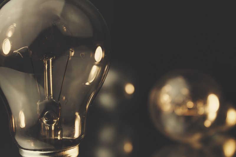 在黑暗中闪烁的灯泡