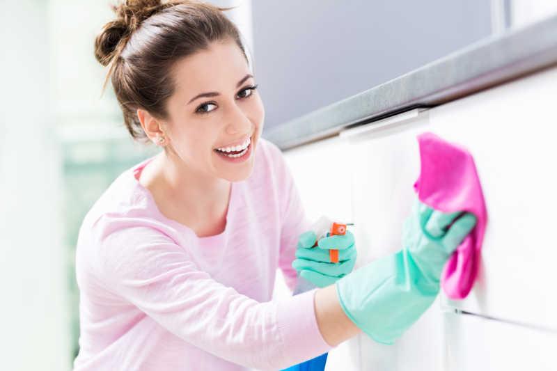 清洗厨房的漂亮主妇