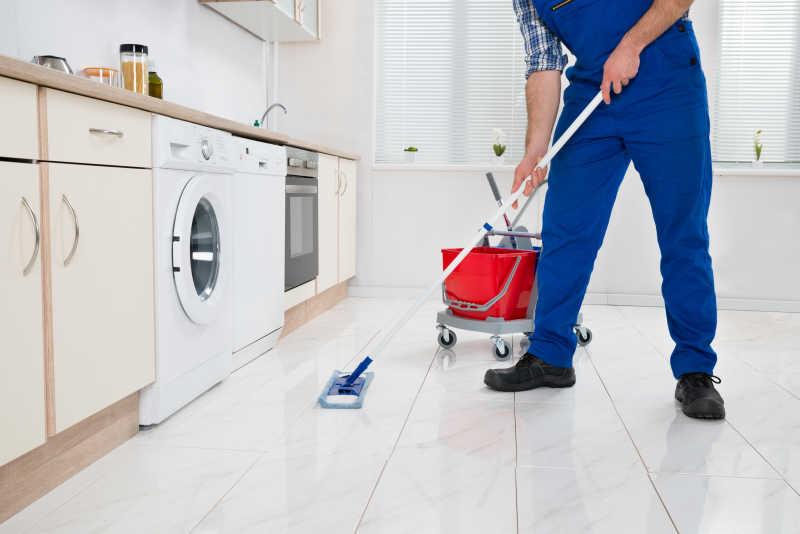 清理工人在清扫地板