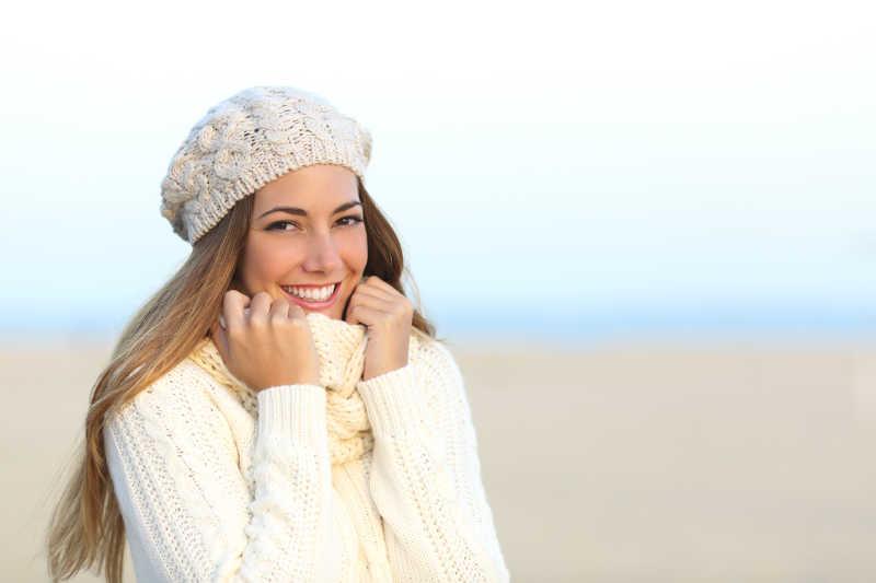 穿着毛衣戴着帽子的女人