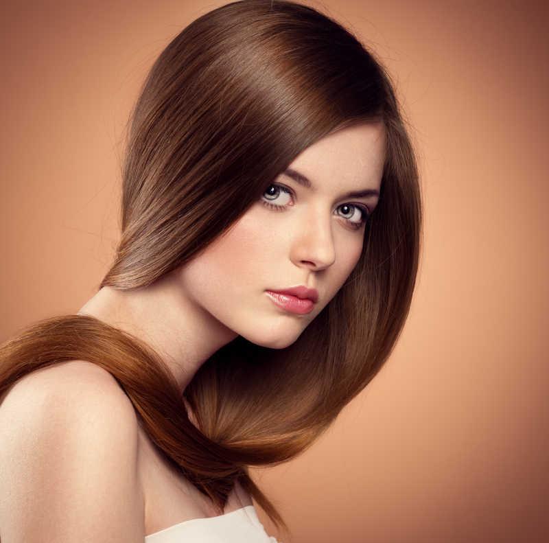 女孩表现出温柔的健康的长直发