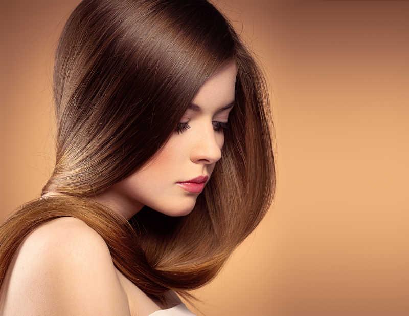 美丽的少女拥有健康的长直发