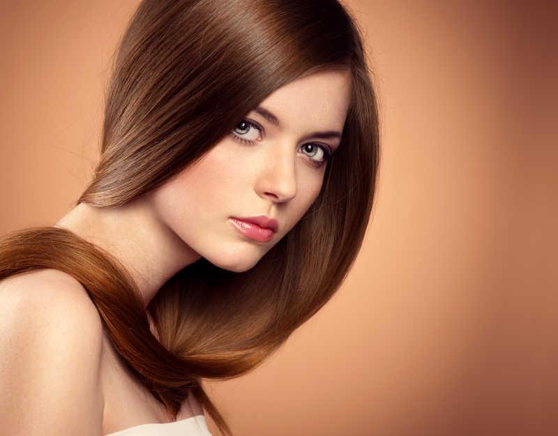 工作室内留有棕色长发的美容美发模特