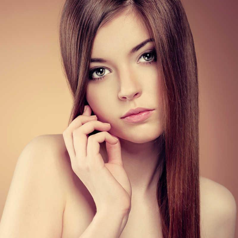漂亮的少女脸上有光滑的发型