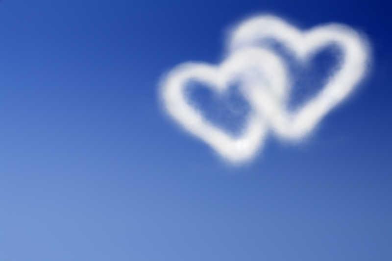 天空中的云组成的的心心相印