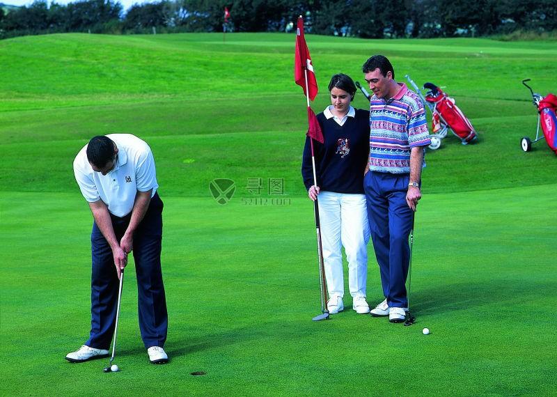 打高尔夫的同伴和一对夫妇