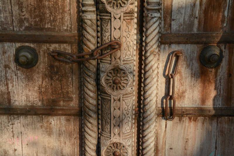 生锈的金属木门背景