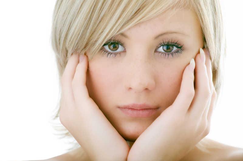 白色背景下的美丽女人