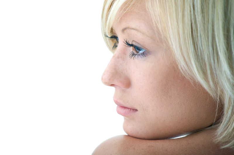白色背景下美丽的女人的脸