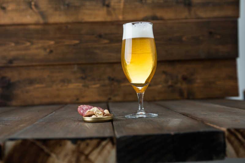 玻璃杯啤酒