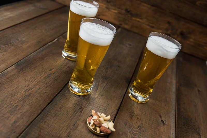 三玻璃杯啤酒