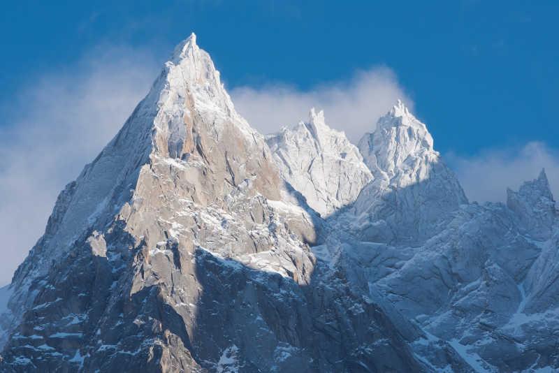 阿尔卑斯山山峰覆盖着白雪