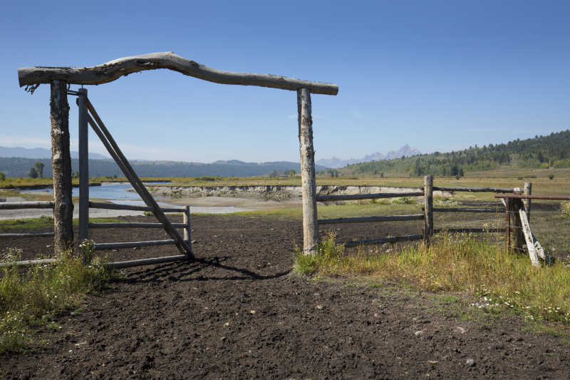 牧场简陋的入口大门