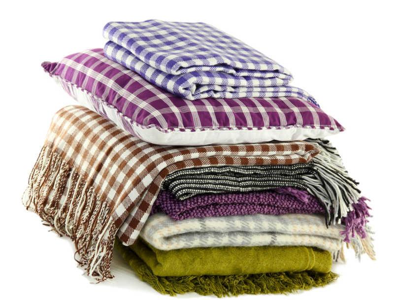 多个围巾与枕头