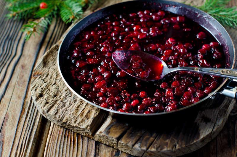 盛在碗里的蔓越莓酱