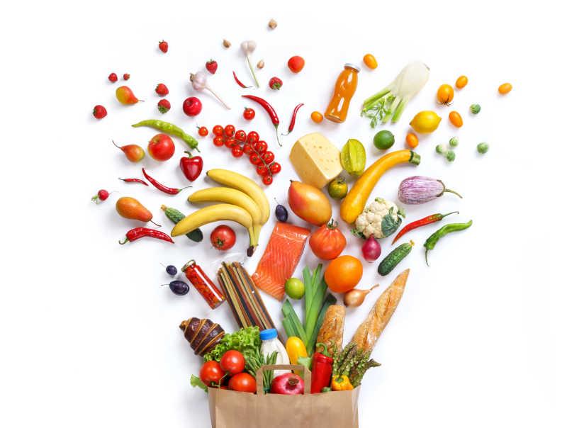 食品袋里的不同水果和蔬菜
