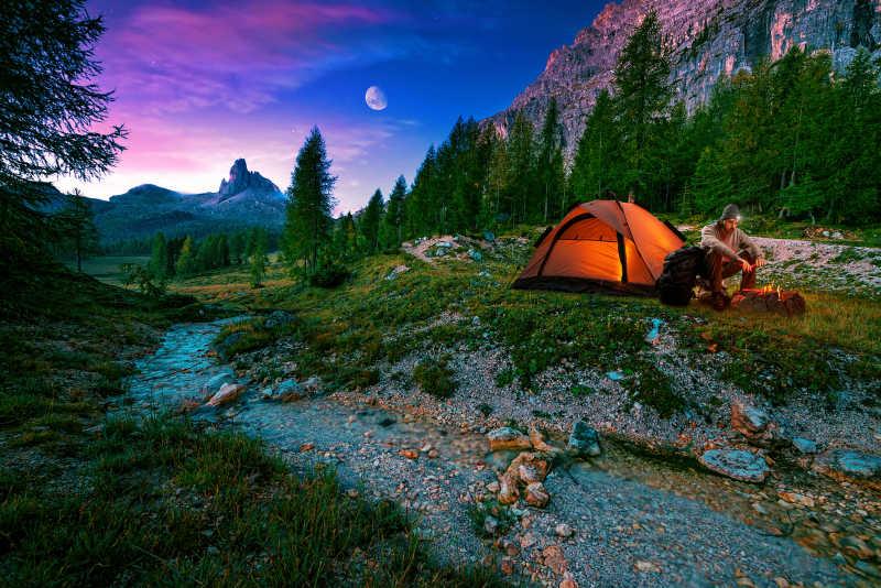 美丽夜景下的篝火和帐篷
