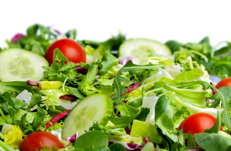 白色背景下的新鲜蔬菜沙拉