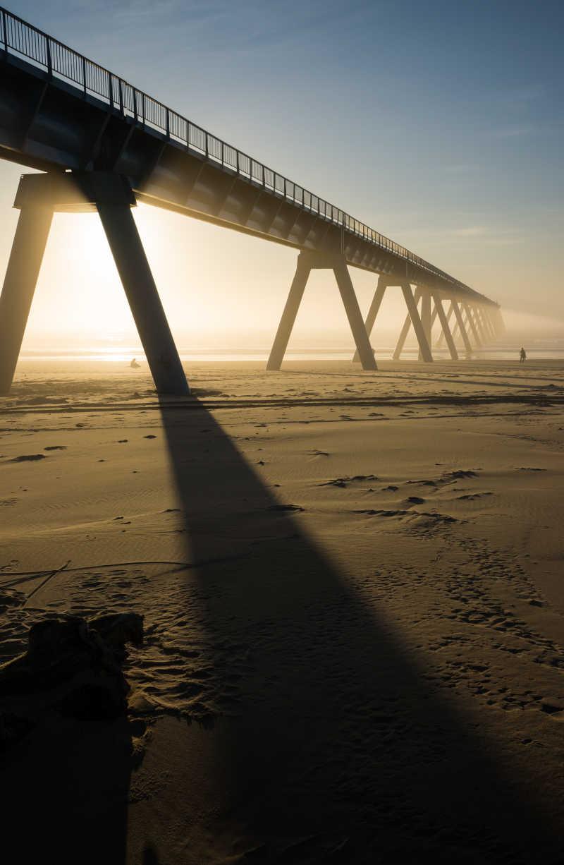 在河滩上拍摄的一座大桥