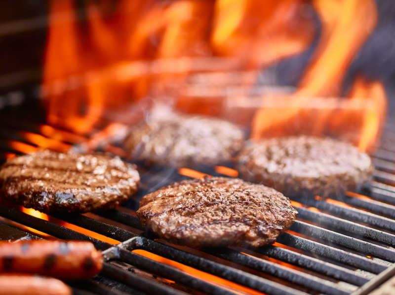 烤肉排与热狗