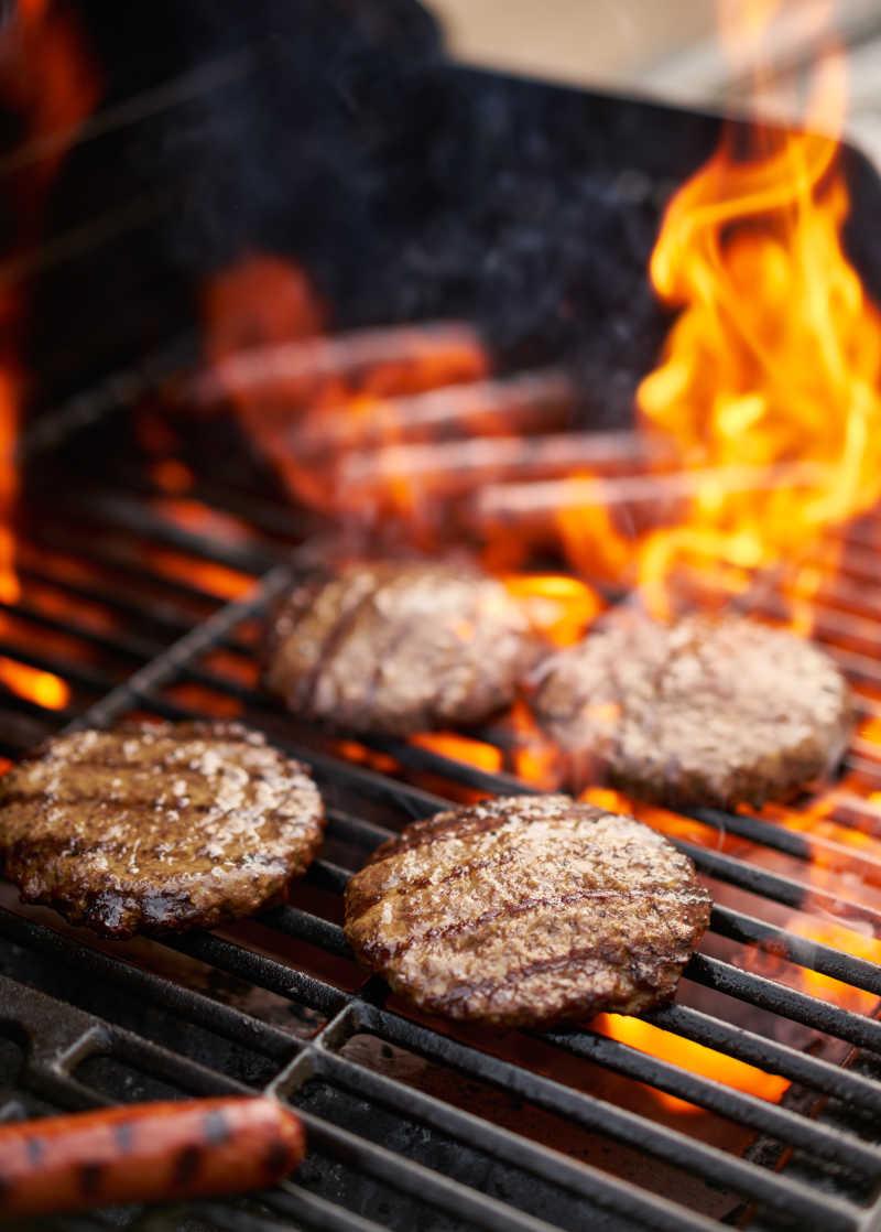 碳烤热狗与肉排