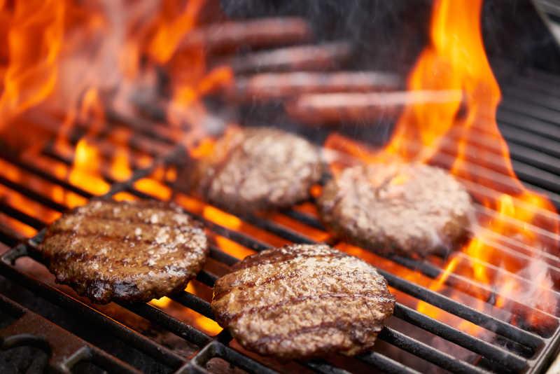 烤热狗与肉排
