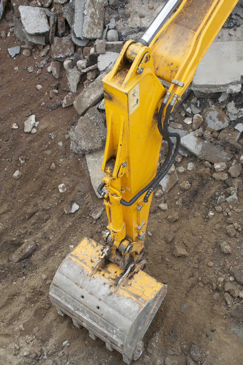挖掘泥土的挖掘机