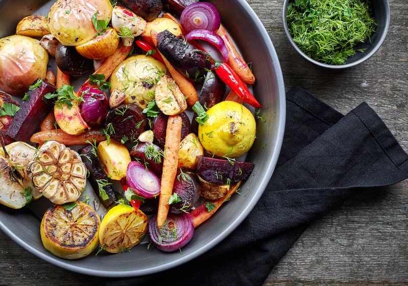 桌上的烤水果和蔬菜