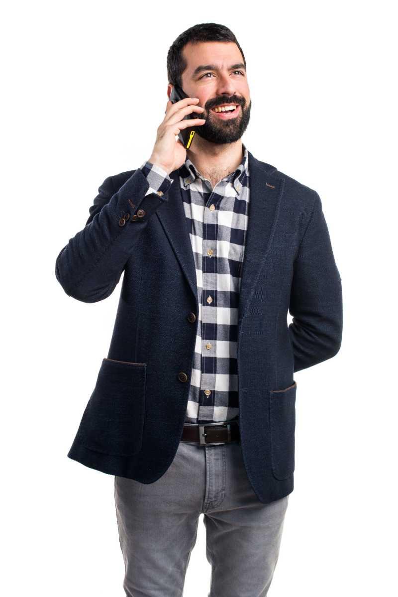 正在打电话的英俊男人