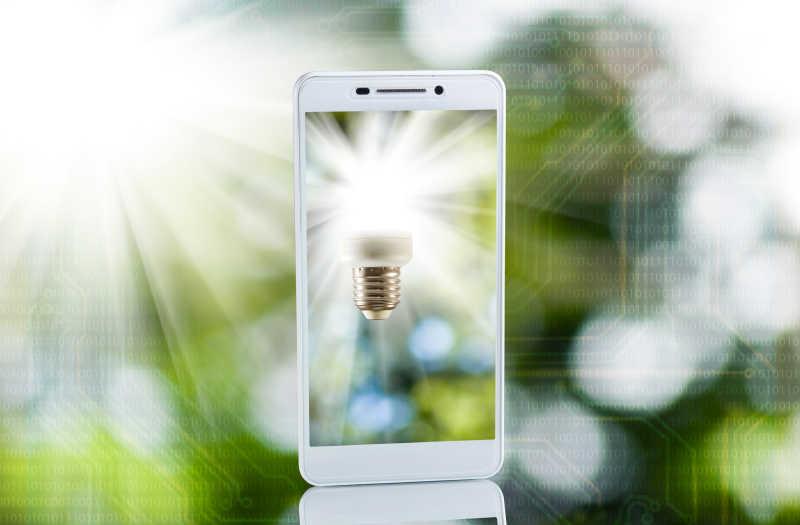 拍摄灯泡的智能手机
