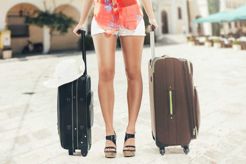 女孩与她的两个旅行箱