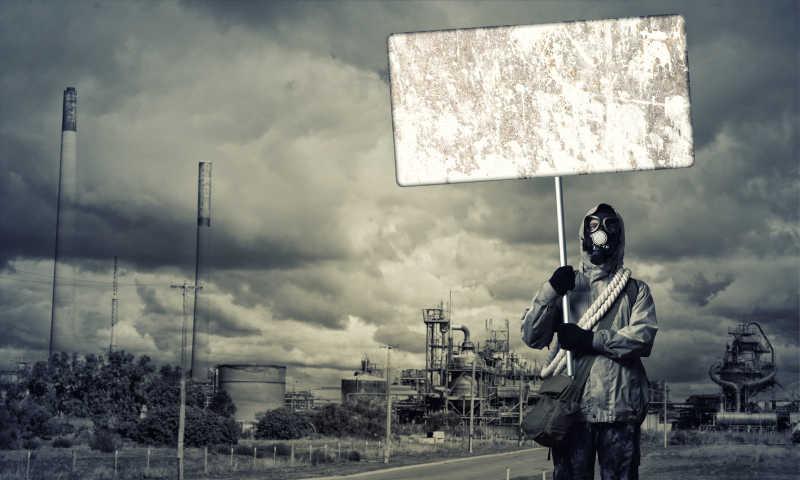 戴着防毒面具拿着空白指示牌的示威者