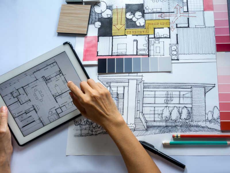 室内设计师使用平板电脑