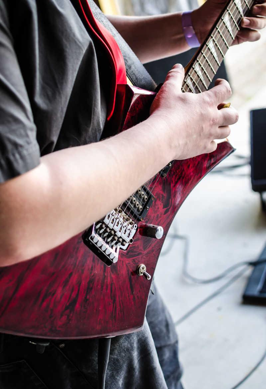 弹吉他的音乐家