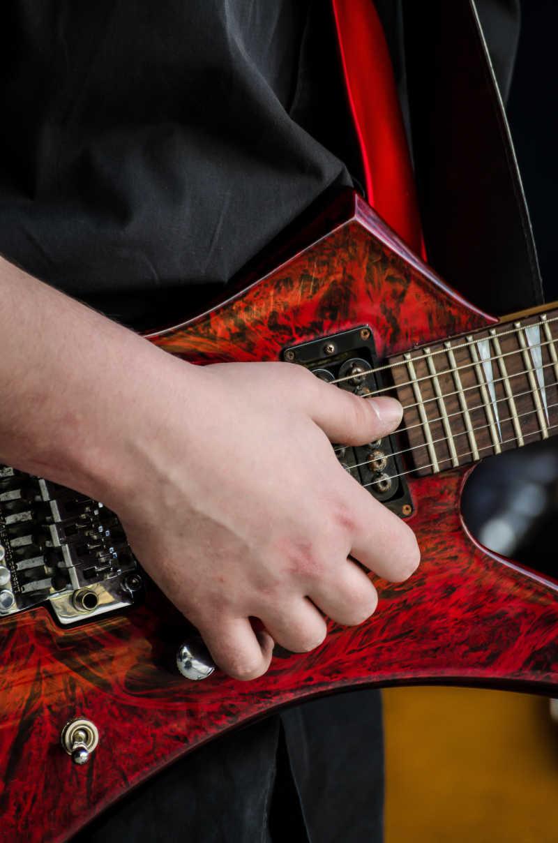 专注的吉他手
