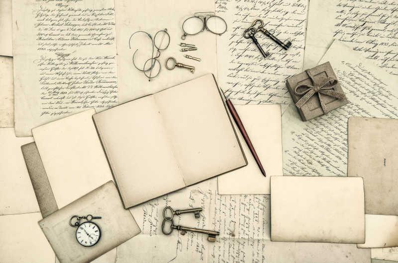 写满文字的日记本和旧式手写信件