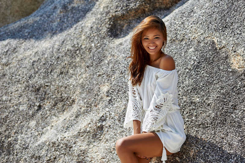 岩石边拍照的性感美女