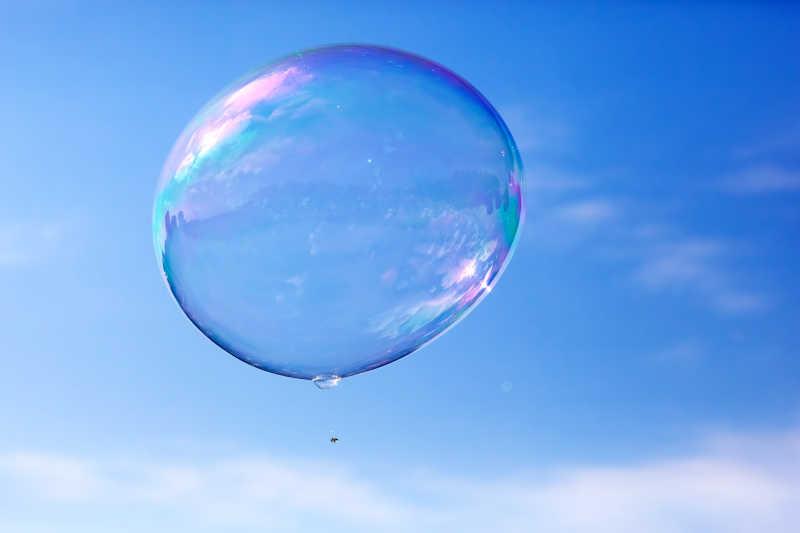 飞翔在蓝天中的泡泡