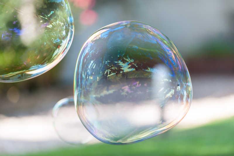 在空中飘着的泡泡
