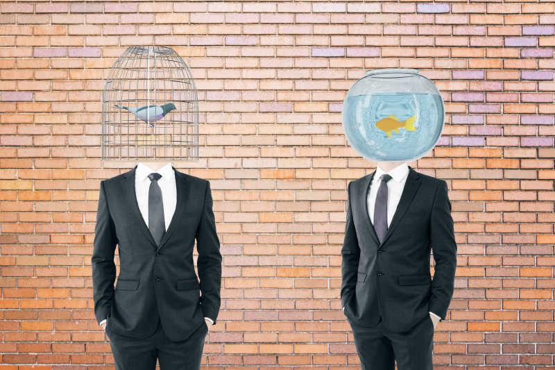 两个商人分别长着一个鸟笼脑袋和一个长着鱼缸脑袋