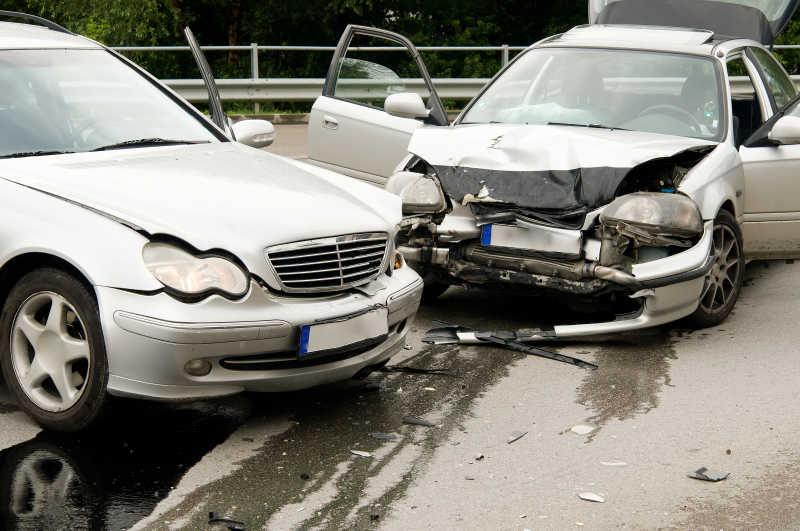 造成严重交通事故的两部车