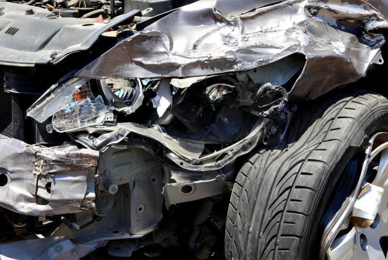事故后严重损毁的车辆左前部局部