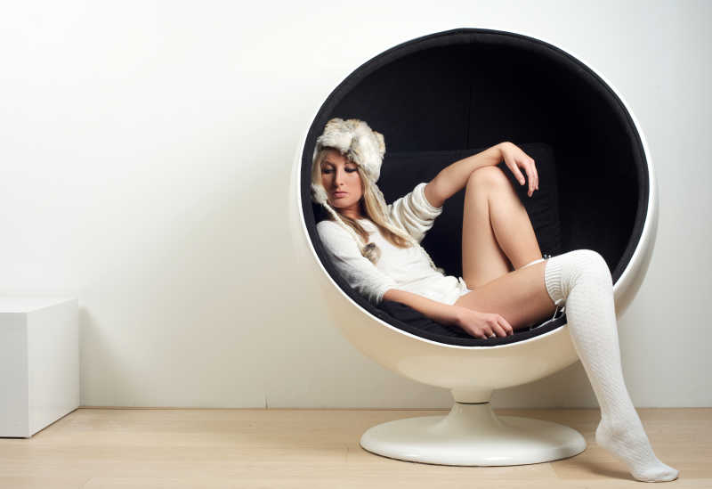 坐在圆形椅子里的复古美女