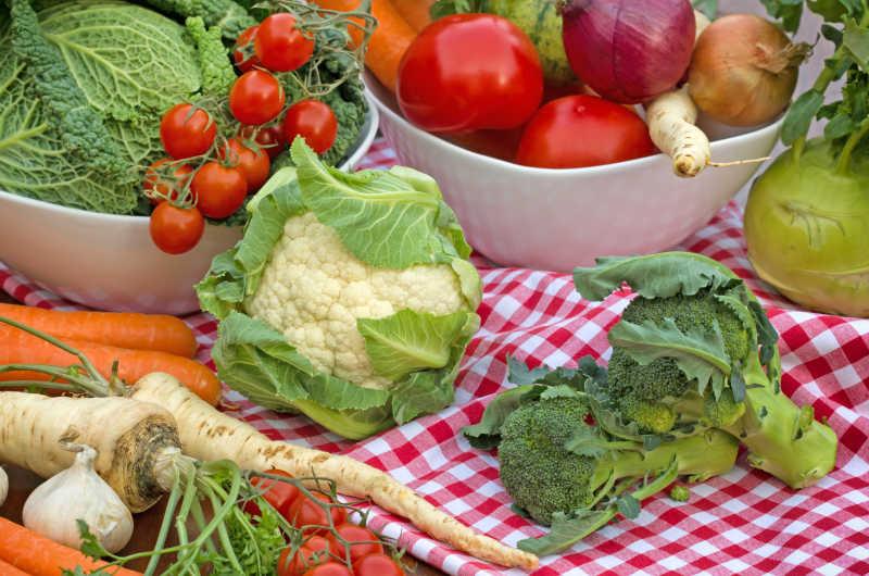 餐桌上新鲜的蔬菜和水果