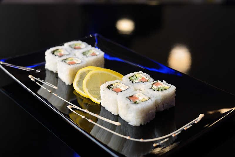 餐桌上美味精致的寿司卷